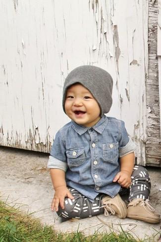 Как и с чем носить: синяя джинсовая рубашка с длинным рукавом, серые спортивные штаны, светло-коричневые ботинки, серая шапка