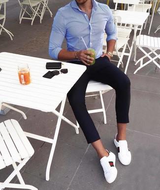 Как и с чем носить: синяя рубашка с длинным рукавом в вертикальную полоску, темно-синие брюки чинос, белые кожаные низкие кеды с принтом, золотые часы