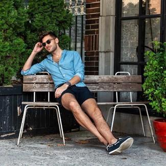 Как и с чем носить: синяя рубашка с длинным рукавом из шамбре, темно-синие шорты, темно-синие топсайдеры из плотной ткани, темно-синие кожаные часы