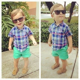 Как и с чем носить: синяя рубашка с коротким рукавом, зеленые шорты, светло-коричневые лоферы
