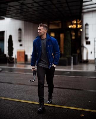 Как и с чем носить: синяя университетская куртка, темно-серая футболка с круглым вырезом, черные зауженные джинсы, черные кожаные повседневные ботинки
