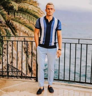 Как и с чем носить: синяя футболка-поло в вертикальную полоску, голубые классические брюки, черные замшевые лоферы с кисточками, черные кожаные часы
