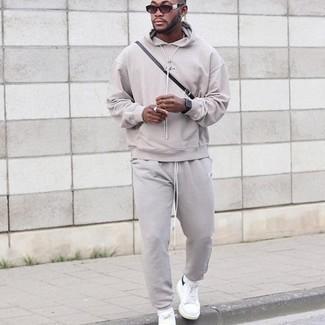 С чем носить спортивный костюм мужчине: Спортивный костюм — классный вариант для молодых людей, которые никогда не сидят на месте. Если ты любишь смелые настроения в своих образах, закончи этот бело-черными низкими кедами из плотной ткани.