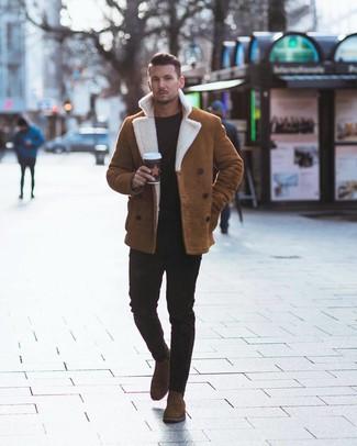 Как и с чем носить: табачная короткая дубленка, черный свитер с круглым вырезом, черные зауженные джинсы, коричневые замшевые ботинки челси