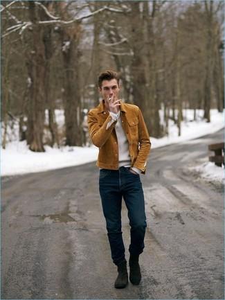 Как и с чем носить: табачная замшевая куртка-рубашка, белый свитер с v-образным вырезом, темно-синие джинсы, темно-коричневые замшевые ботинки челси