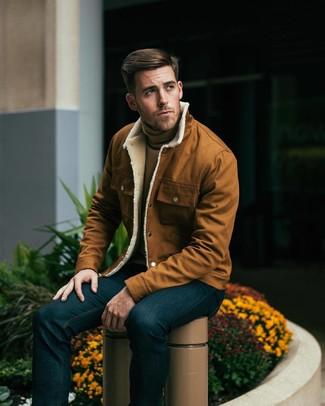 Модный лук: табачная куртка-рубашка, светло-коричневая водолазка, темно-синие джинсы