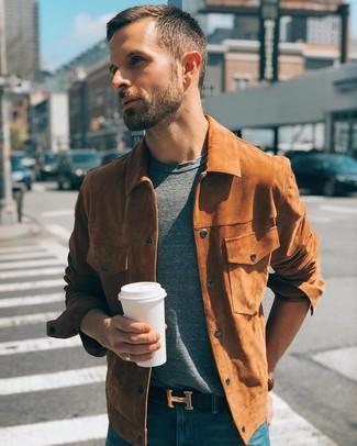 Как и с чем носить: табачная замшевая куртка-рубашка, серая футболка с круглым вырезом, синие джинсы, черный кожаный ремень