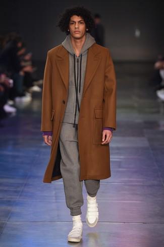 Модный лук: табачное длинное пальто, серый спортивный костюм, белые кожаные высокие кеды