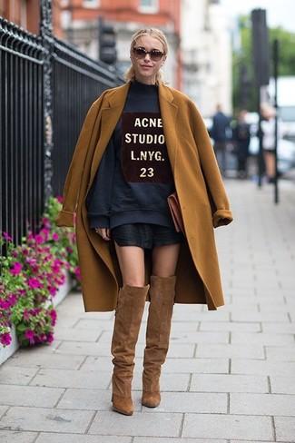 Модный лук: Табачное пальто, Темно-синий свободный свитер с принтом, Черная кожаная мини-юбка, Коричневые замшевые ботфорты