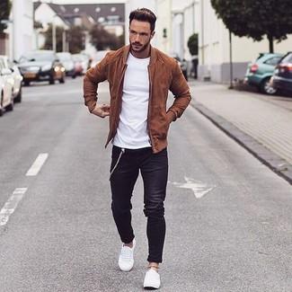 Белая футболка с круглым вырезом и черные джинсы — необходимые вещи в гардеробе мужчины с чувством стиля. Что касается обуви, неплохо дополнят образ белые низкие кеды.