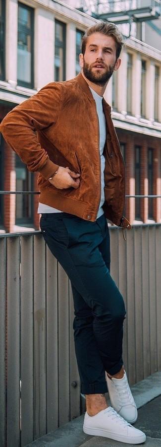 Как и с чем носить: табачный замшевый бомбер, голубой свитшот, черные брюки чинос, белые низкие кеды из плотной ткани