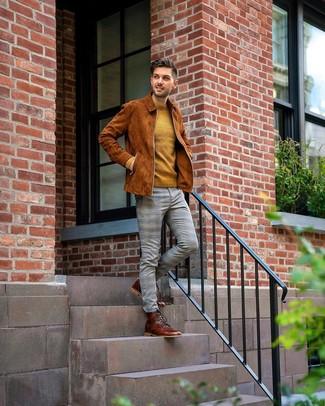 Как и с чем носить: табачный замшевый бомбер, горчичный свитер с круглым вырезом, серые брюки чинос в шотландскую клетку, коричневые кожаные повседневные ботинки