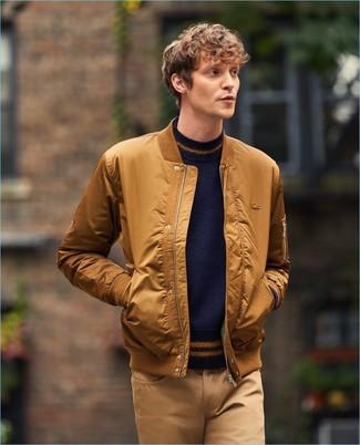 Как и с чем носить: табачный бомбер, темно-синий свитер с круглым вырезом, светло-коричневые брюки чинос