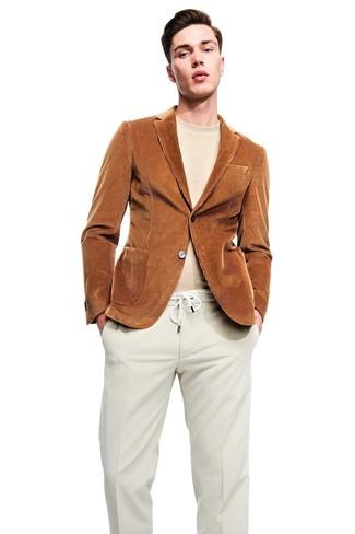 Как и с чем носить: табачный вельветовый пиджак, бежевый свитер с круглым вырезом, бежевые вельветовые классические брюки
