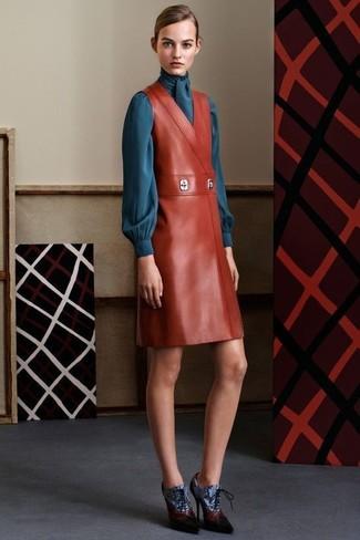 Как и с чем носить: табачный кожаный сарафан, темно-бирюзовая блузка с длинным рукавом, синие кожаные ботильоны на шнуровке