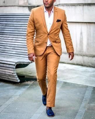 Мужские луки: Сочетание табачного костюма и белой рубашки с коротким рукавом поможет создать стильный классический лук. Почему бы не привнести в повседневный лук немного нарядности с помощью темно-синих кожаных лоферов с кисточками?
