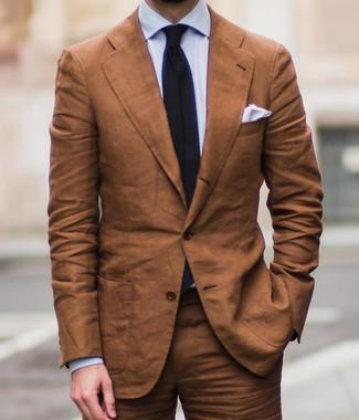 Как и с чем носить: табачный костюм, голубая классическая рубашка, черный галстук, белый нагрудный платок