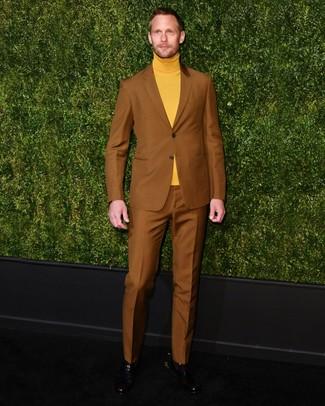 Как Alexander Skarsgård носит Табачный костюм, Горчичная водолазка, Черные кожаные ботинки челси