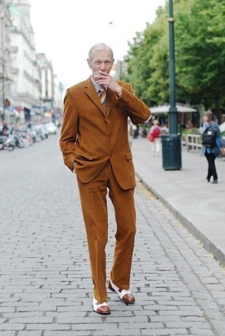 Как одеваться мужчине за 60: Несмотря на то, что это весьма консервативный образ, тандем табачного костюма и серой классической рубашки приходится по душе джентльменам, покоряя при этом сердца прекрасных дам. Такой ансамбль легко адаптировать к повседневным реалиям, если закончить его белыми кожаными туфлями дерби.