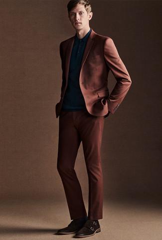 Как и с чем носить: табачный костюм, темно-бирюзовая футболка-поло, темно-коричневые замшевые монки с двумя ремешками