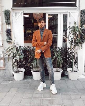 Как и с чем носить: табачный пиджак, серая водолазка, серые джинсы, белые кроссовки