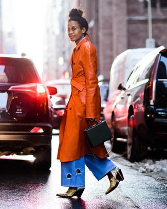 Как и с чем носить: табачный кожаный плащ, голубые джинсовые широкие брюки, желтые кожаные ботильоны со змеиным рисунком, черная кожаная сумочка