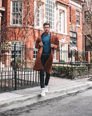 Как и с чем носить: табачный плащ, синий свитер с круглым вырезом, черные брюки чинос, белые высокие кеды