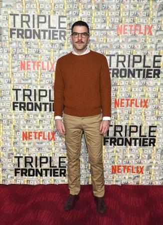 Как и с чем носить: табачный свитер с круглым вырезом, белая классическая рубашка, светло-коричневые брюки чинос, темно-коричневые кожаные оксфорды