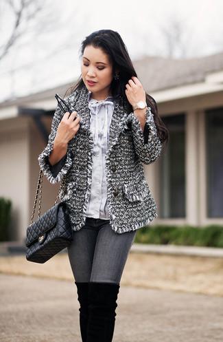 Как и с чем носить: серый твидовый жакет, голубая блуза на пуговицах, серые джинсы скинни, черные замшевые ботфорты