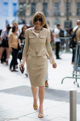 Как и с чем носить: светло-коричневый твидовый жакет, белая блуза с коротким рукавом, светло-коричневая твидовая юбка-карандаш, светло-коричневые кожаные сабо