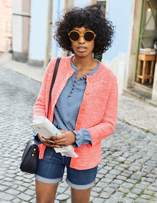 Как и с чем носить: красный твидовый жакет, голубая блузка с длинным рукавом, темно-синие джинсовые шорты, черная кожаная сумка через плечо