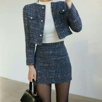 Как и с чем носить: темно-синий твидовый жакет, белая водолазка, темно-синяя твидовая мини-юбка, черная кожаная сумка-саквояж