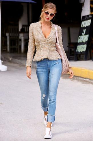 Как и с чем носить: светло-коричневый твидовый жакет, голубые рваные джинсы скинни, белые низкие кеды, розовая кожаная большая сумка