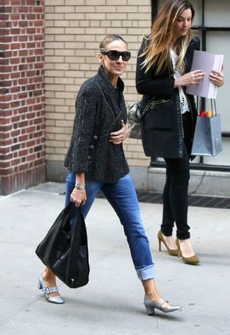 Как Sarah Jessica Parker носит Черный твидовый жакет, Синие джинсы, Серебряные туфли с пайетками, Черная кожаная большая сумка