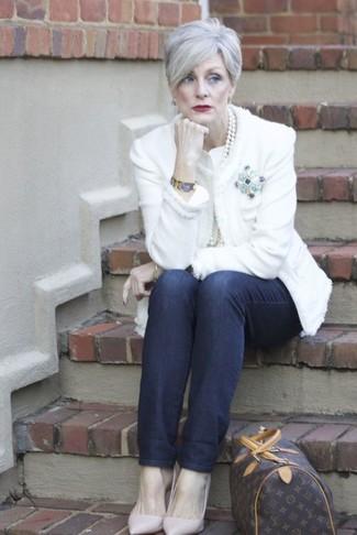 Как и с чем носить: белый твидовый жакет, темно-синие джинсы, розовые кожаные туфли, темно-коричневая кожаная спортивная сумка с принтом