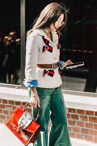 Как и с чем носить: белый твидовый жакет, синяя классическая рубашка, зеленые джинсы-клеш, красная кожаная сумка-саквояж с принтом