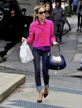 Как Sarah Jessica Parker носит Ярко-розовый твидовый жакет, Пурпурная классическая рубашка, Черные джинсы скинни, Темно-пурпурные замшевые туфли