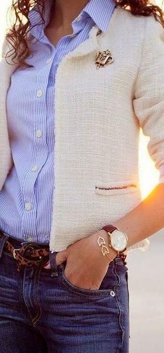 Как и с чем носить: белый твидовый жакет, голубая классическая рубашка в вертикальную полоску, синие джинсы, коричневый ремень с леопардовым принтом