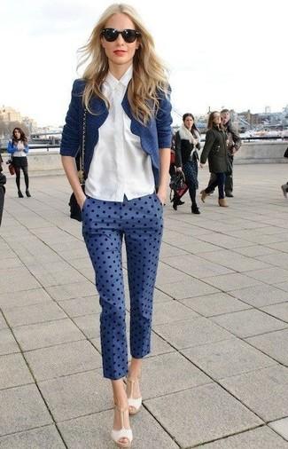Как и с чем носить: темно-синий твидовый жакет, белая классическая рубашка, синие капри в горошек, бежевые кожаные босоножки на каблуке