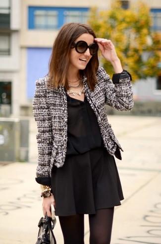 Как и с чем носить: черно-белый твидовый жакет, черная шелковая классическая рубашка, черная короткая юбка-солнце, черная кожаная большая сумка