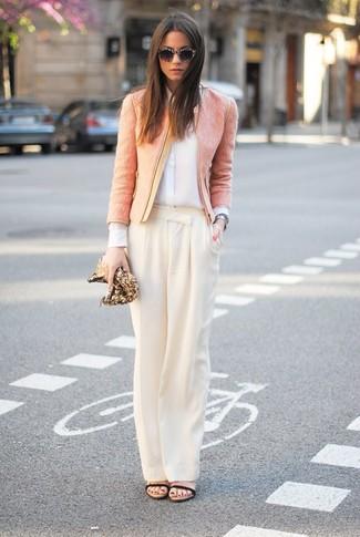 Как и с чем носить: розовый твидовый жакет, белая шелковая классическая рубашка, бежевые широкие брюки, черные кожаные босоножки на каблуке