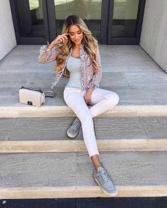 Как и с чем носить: розовый твидовый жакет, серая майка, белые джинсы скинни, серые низкие кеды из плотной ткани
