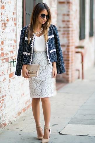 Как и с чем носить: темно-синий твидовый жакет, белая шелковая майка, белая кружевная юбка-карандаш, бежевые кожаные туфли