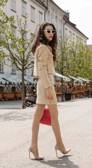 Как и с чем носить: светло-коричневый твидовый жакет, светло-коричневая твидовая мини-юбка, серые кожаные туфли, красная кожаная сумка-саквояж