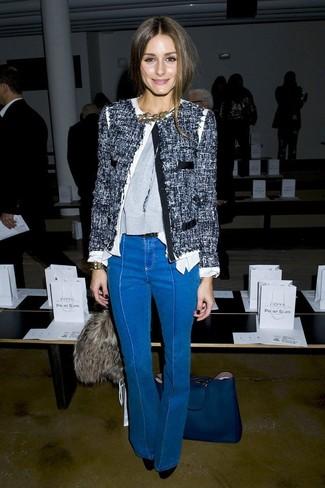 Как и с чем носить: темно-синий твидовый жакет, серый свитер с круглым вырезом, синие джинсы-клеш, черные замшевые туфли
