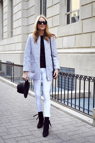 Как и с чем носить: серый твидовый жакет, черный свитер с круглым вырезом, белые джинсы скинни, черные замшевые ботильоны
