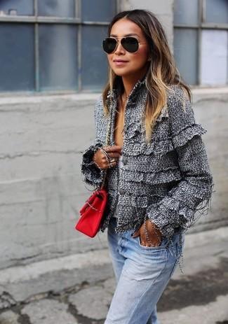 Как и с чем носить: серый твидовый жакет, белый свитер с v-образным вырезом, голубые джинсы, красная сумка через плечо из плотной ткани