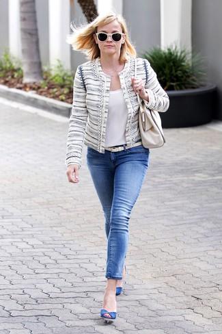 Бежевый твидовый жакет и синие джинсы скинни — универсальное сочетание и для вечерних вылазок с подружками, и для дневных прогулок на выходных. Синие замшевые туфли добавят образу изысканности.