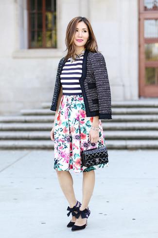 Как и с чем носить: темно-синий твидовый жакет, бело-темно-синий топ без рукавов в горизонтальную полоску, белая пышная юбка с цветочным принтом, черные замшевые туфли