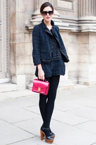 Как и с чем носить: темно-синий твидовый жакет, черный шелковый топ без рукавов, темно-синие твидовые шорты, черные кожаные туфли
